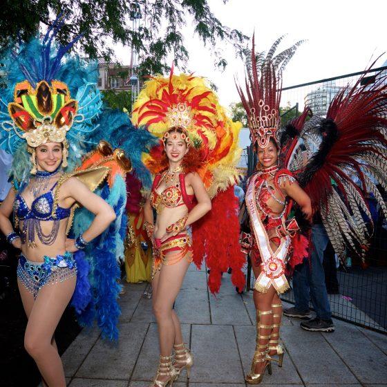Les Passistas ainsi que la MUSE prêtes à monter sur scène dans le quartier des spectacles - 2018 Défilé Nuestro Americana.