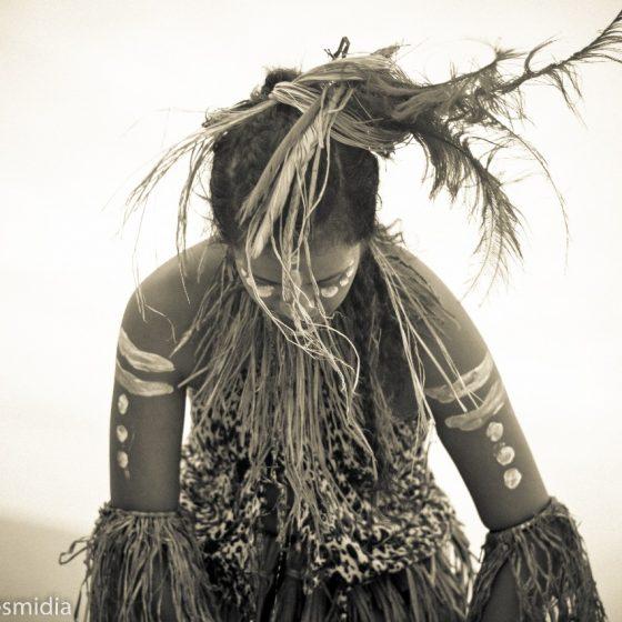 Mel vêtue des habits traditionnels des danses afro-brésiliennes tels le Maculelê et le Afro-tribal.