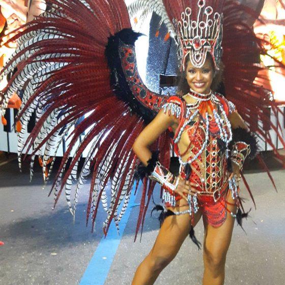 Mel montrant les beautées de son costume fait sur mesure pour le Carnaval de Rio.