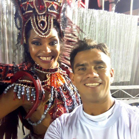 Mel et Favo se préparant à défiler sur la plus grande scène artistique de Samba au monde - 2018.