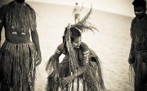 La danse Afro-brésilienne est très régionale, la danse pratiquée dépend beaucoup de l'endroit physique au Brésil où elle a émergé. Son histoire est étroitement liée à celle des peuples africains arrivés au Brésil avec comme seul bagage sa danse et sa religion. D'ailleurs, ces dansent mêlent divinités, gestuelles et rythmes africains aux apports indiens et européens.